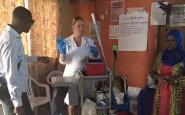 Schoonmaaktrolleys & injectienaalden mee op reis naar Gambia