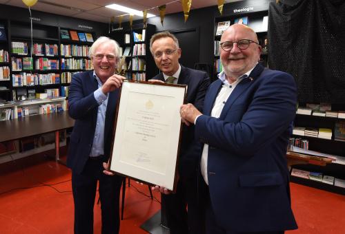 Boekhandel Boomker sinds donderdag officieel 'Hofleverancier'