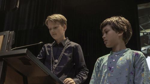 Nieuwe kinderburgemeester Samuel spreekt gemeenteraad toe